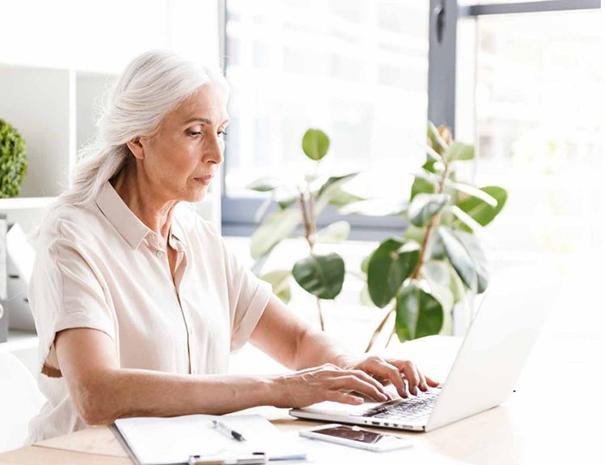 Ältere Dame mit Laptop Problemen